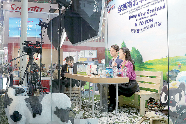 Бренд молочной продукции из Новой Зеландии рекламирует свою продукцию в прямой трансляции на третьей международной вы- ставке в Шанхае.
