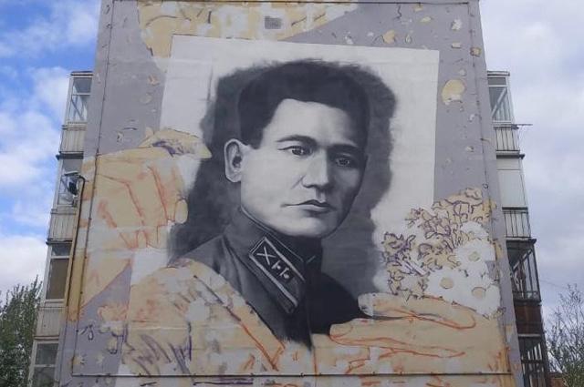 Портрет Бауыржана Момышулы на фасаде дома в Нур-Султане.