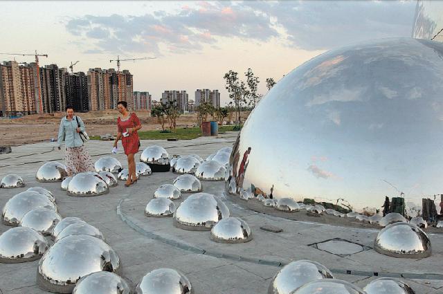 Скульптуры «Больших пузырей» символизируют некогда бурно развивающуюся нефтяную промышленность вКарамае в Синьцзян-Уйгурском автономном районе.
