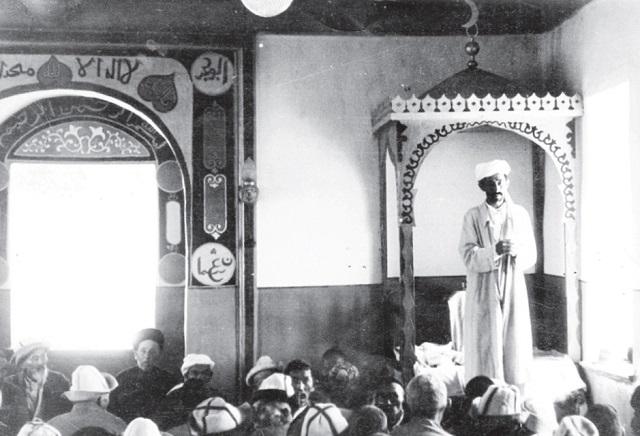 Жамбыл (первый слева) на жума-намазе в Каргалинской мечети