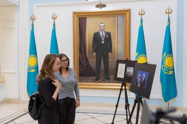 На открытии фотовыставки посольства Казахстана в Москве о Семипалатинском полигоне.