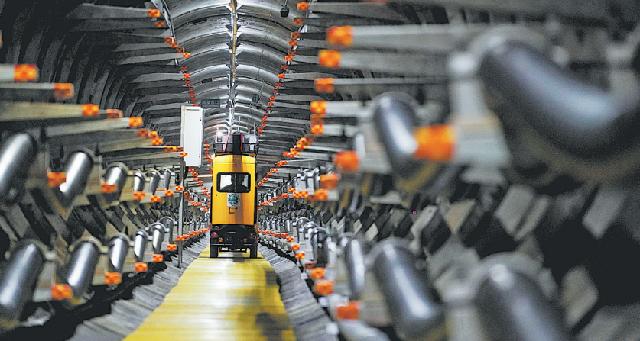 Интеллектуальная контрольно-измерительная машина работает внутри кабельного туннеля в Нанкине, провинция Цзянсу.