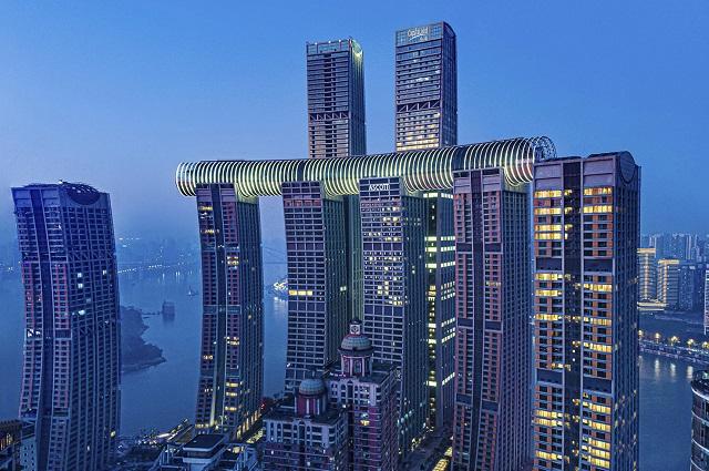 Горизонтальный небоскреб Crystal skybridge соединяет между собой четыре 250-метровые башни.