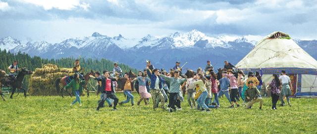 Кадры из фильма «На крыльях песни», где главные герои поют и тан- цуют с местными жителями в Или-Казахском автономном округе.
