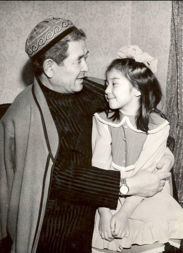 С внучкой Азель.