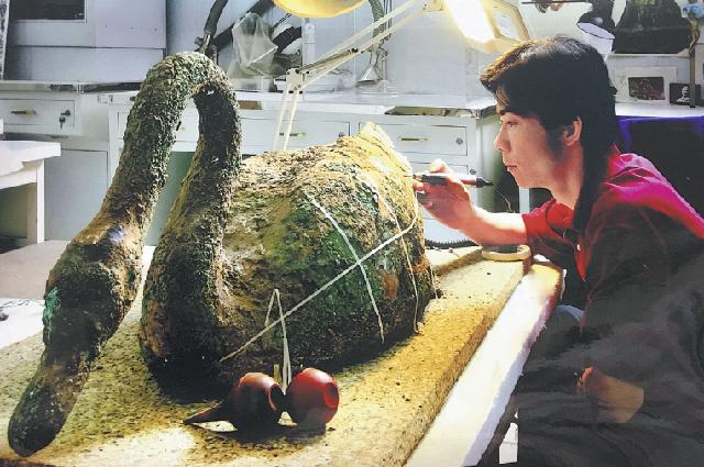 Ма Юй восстанавливает бронзового лебедя, найденного в Сиане.
