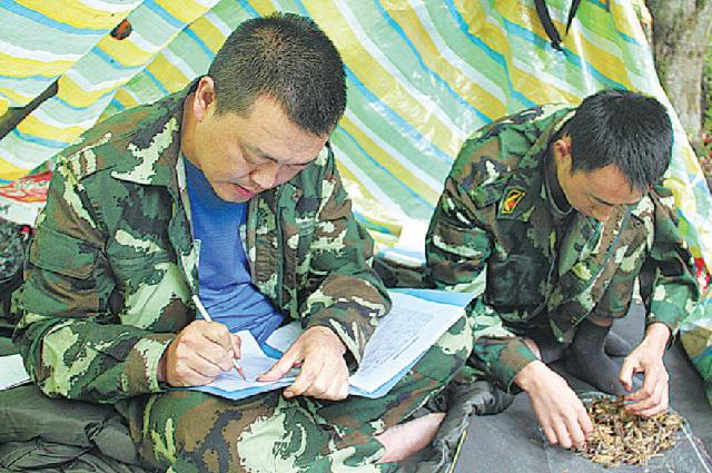 Директор отдела по охране больших панд администрации заповедника Байшуйцзян Хэ Ливэнь (слева) работает со своим коллегой в условиях дикой природы.