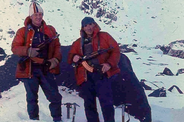 На время экспедиции альпинистам выдали автоматы.