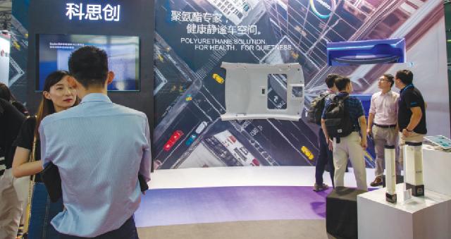 Посетители рассматривают стенд компании Boston Scientific на 3-й Китайской международной импортной выставке в Шанхае, ноябрь.