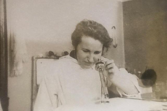 Руфина Жданова в лаборатории.