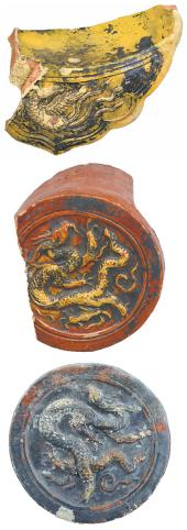 Образцы черепицы с изображени- ями дракона и феникса, обнаруженные при раскопках в Чжунду.