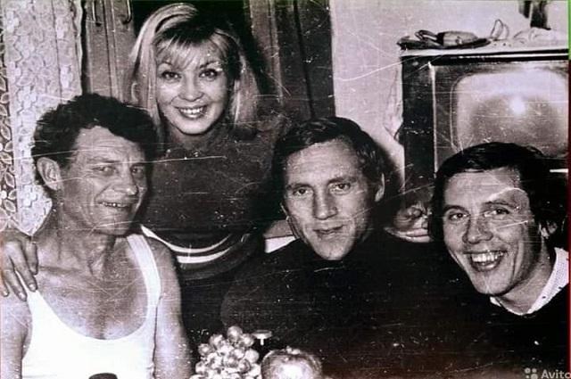 Фото 1973 года: Владимир Высоцкий, Нина Шац- кая и Валерий Золотухин в гостях у Владимира Фомина. Алма-Ата.
